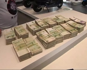 男子拿4000元零钞买电驴 店员数钱数到手抽筋(图)