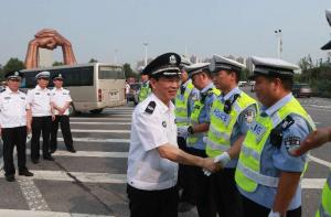 河南省公安厅领导慰问酷暑下坚守岗位的执勤交警