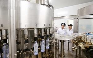 融安:严把生产质量 执法人员严查商品饮用水安全