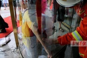 7岁男孩被旋转门夹住手臂!消防官兵拆门救人(图)