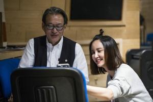 张歆艺赴比利时为电影录音 牵手梅林茂打造主题曲