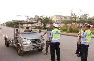 """报废车改装""""敞篷车"""" 男子驾车上路被交警拦下(图)"""