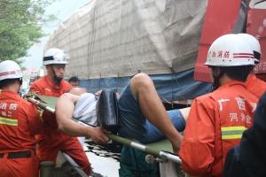 河池:两大货车追尾 2人被困后车驾驶室获救(图)