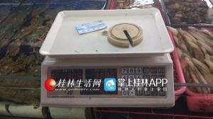 桂林:两个海鲜摊被查处 1千克砝码称出1.305千克