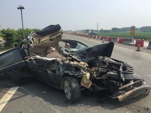高清:G72泉南高速两车追尾3人受伤 小车面目全非