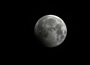 8月8日凌晨天空上演月偏食奇观 柳州市民有幸观赏