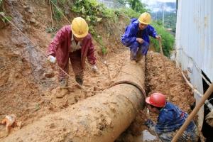凌云:供电供水部门抢修因暴雨受损的水电设施(图)