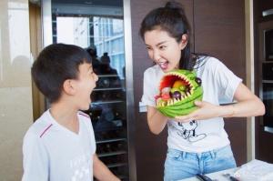 李冰冰对外甥超宠爱 亲手做鲨鱼造型水果盘