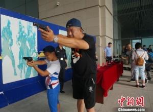 郑州警娃探访高铁站安保 感知父母工作不易