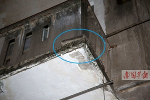 南宁:长约40cm水泥块从阳台掉落 砸穿楼下顶棚(图)