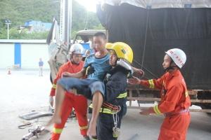 高清:货车撞上立柱司机被困 消防破拆车门施救