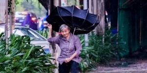 """台风""""天鸽""""影响钦州 行人雨伞被吹翻"""