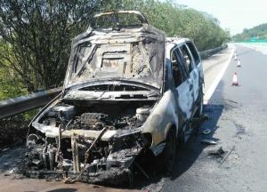 高清组图:泉南高速一小车自燃 十几分钟烧成空壳