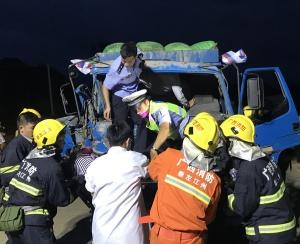 崇左:两货车相撞 狭小驾驶室上演生死救援(图)