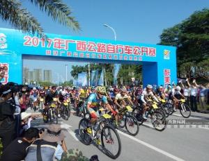 高清:2017年广西公路自行车公开赛钦州站开赛