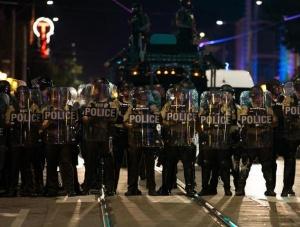 美国一城市因枪杀黑人警察被判无罪发生暴力抗议活动