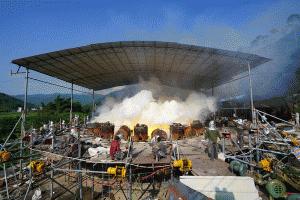"""环江打造世界最大铜鼓 浇铸现场升腾""""磨菇云""""(图)"""
