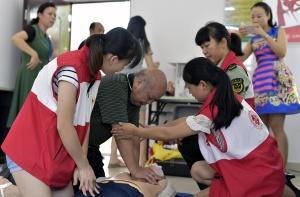 南宁:红十字志愿者向居民传授急救知识技能(图)