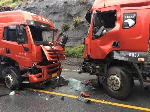 雨天路滑 大货车连撞两车导致一人受伤(组图)