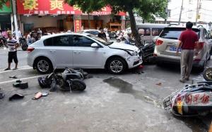 北海一越野车冲上人行道连损17车 一人受伤(图)