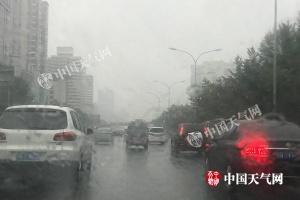 北京雨雾影响早高峰 今有中雨气温将降至15℃寒意浓