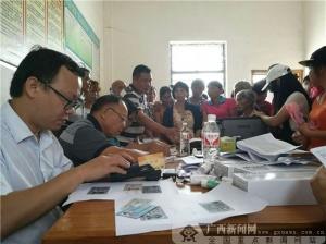 博白农信社:进村发放社保卡 服务群众零距离