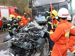 桂柳高速3起连环车祸导致4死9伤(图)