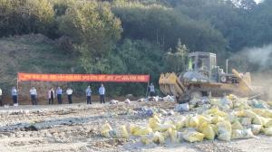西林县集中销毁50余吨劣质农资产品(组图)