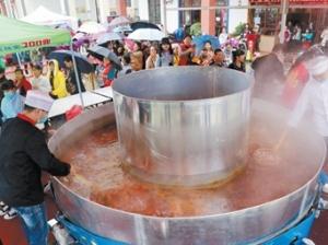 南宁狮山公园现5米宽巨型火锅 市民免费品尝