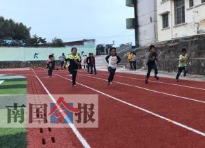 告别土操场 柳州三年为144所乡镇中小学建运动场