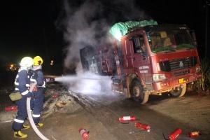 货车行驶中4车轮着火 消防及时到场消除险情(图)