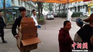 """武汉一高校学生回收快递盒""""变废为宝"""""""