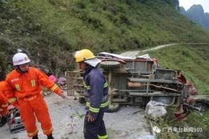 马山县一山体崩塌 因石山危岩体受风化和降雨影响