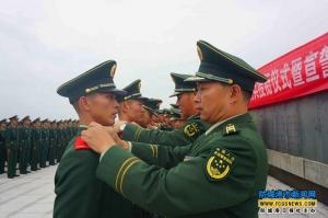 249名海警新兵革命纪念碑前授衔