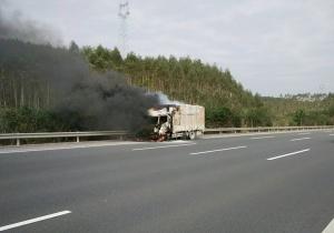 没有灭火器 小货车高速路上自燃货物一半被烧(图)