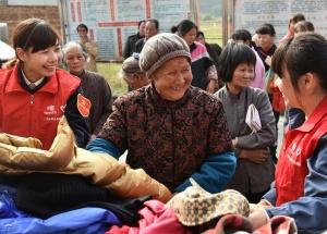 罗城:志愿者为困难群众送御寒衣物(图)