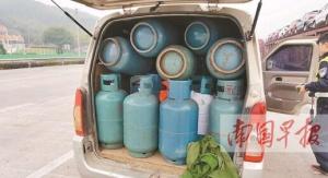 7座面包车塞入43个液化气罐 司机面临万元以上罚单