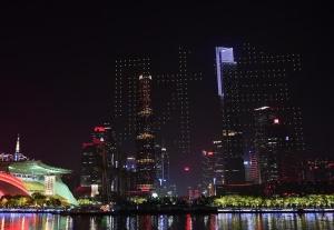 广州千架无人机飞行表演欢迎《财富》全球论坛