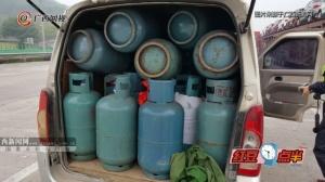 """面包车""""塞""""进43个充满气的煤气罐上高速"""