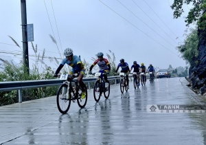 100名山地自行车手环红水河大化段骑行比赛