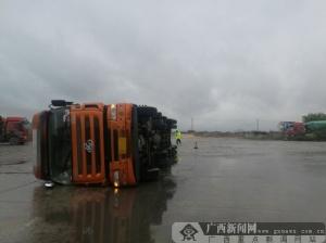 """钦州:雨天路滑车速快 大货车转弯时""""摔跤""""(图)"""