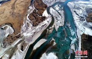 空中俯瞰雅鲁藏布江 巨型辫状水系瑰丽壮美