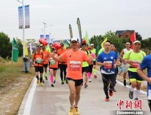 广东茂名首次半程马拉松开跑 盲人跑团跑完21公里