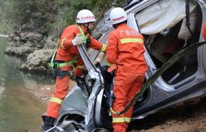 河池: 女子驾车坠入百米山崖不幸身亡(图)