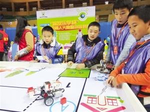 南宁举办青少年机器人暨创客竞赛 机器人现场比拼