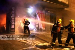 河池:一门面起火 消防奋力扑救救出楼上3人(图)