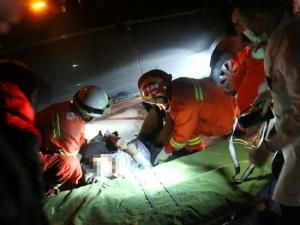 宜州:男子醉酒横躺马路被卷入车底后获救(图)