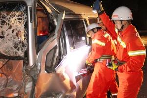 货车与面包车相撞 消防破拆面包车救出被困司机