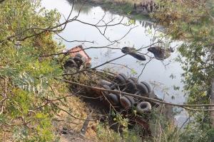 田林一拖头车侧翻河沟 被困者被救出送医(组图)