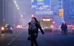 新疆乌鲁木齐雾霾弥漫 外出民众脚步匆匆